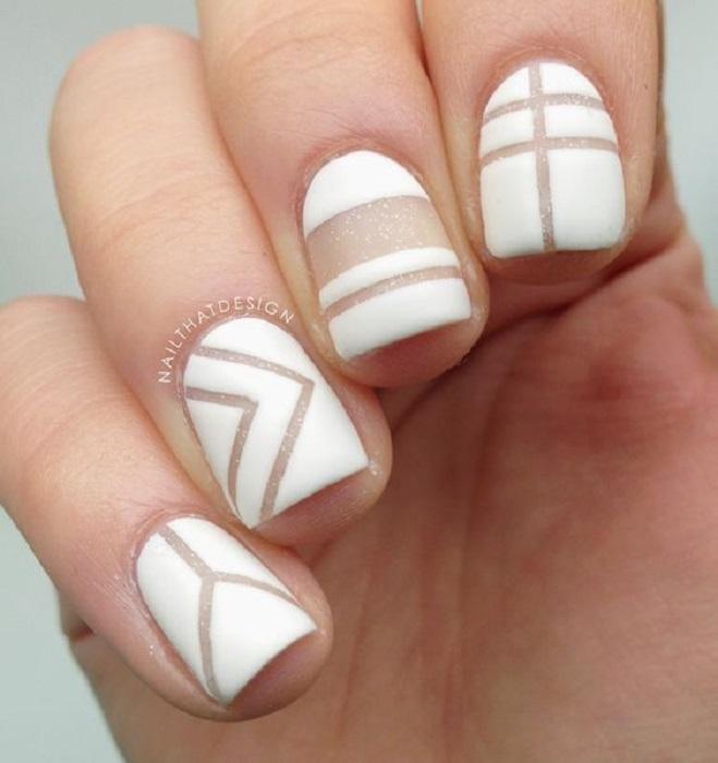 Manicura con detalle geométrico en color blanco