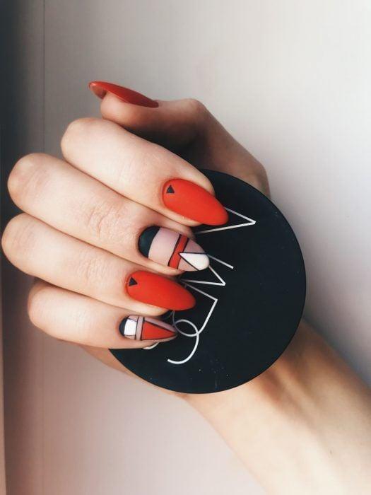 Manicura con detalle geométrico en color rojo, negro, blanco