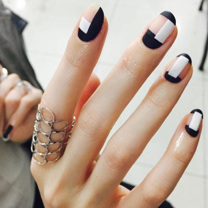 Manicura con detalle geométrico en color negro y blanco
