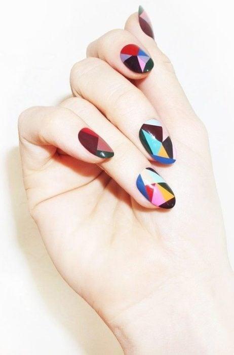 Manicura con detalle geométrico en colores diversos