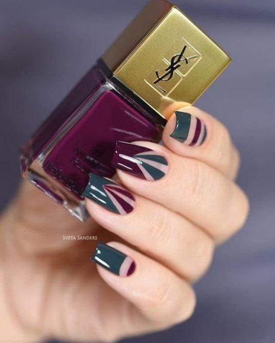 Manicura con detalle geométrico en color morado, y verde