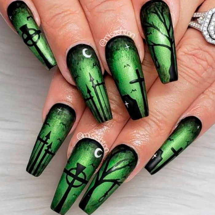 Uñas inspiradas en Halloween con diseño de cementerio en color negro y verde