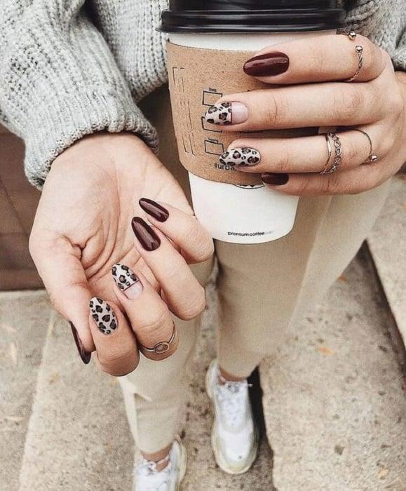 Manicura en diseño animal print en colores cafés y diseños en varios dedos