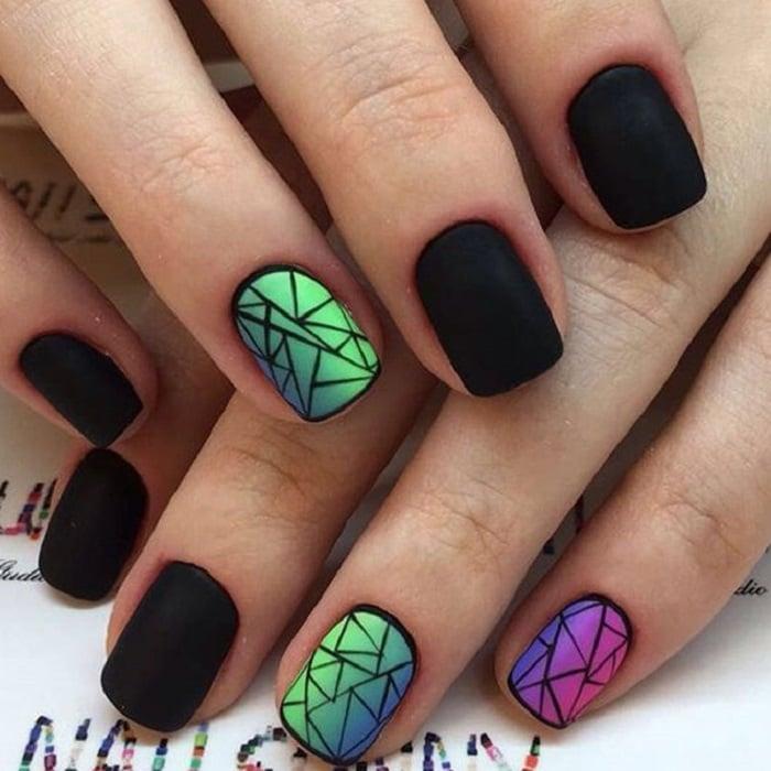 Manicura con detalle geométrico en color negro, rosa y verde metálico