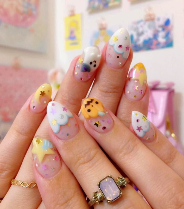 Diseños de uñas kawaii, tiernas en color pastel de Halloween; almendra, calabaza y nubes con estrellas