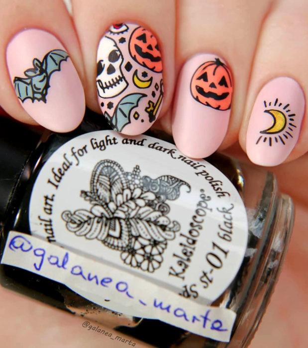 Diseños de uñas de almendra kawaii, tiernas en color rosa pastel de Halloween; murciélagos, calaveras, lunas, llaves antiguas, calabazas y ojos