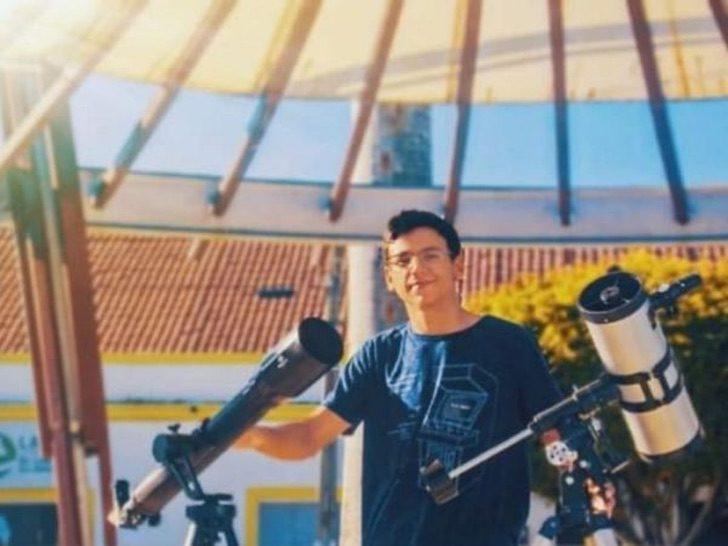 Arthur junto a sus telescopios