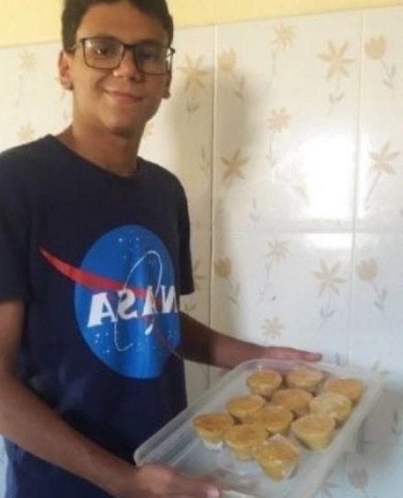 Arthur vendiendo pastelillos para costear sus estudios