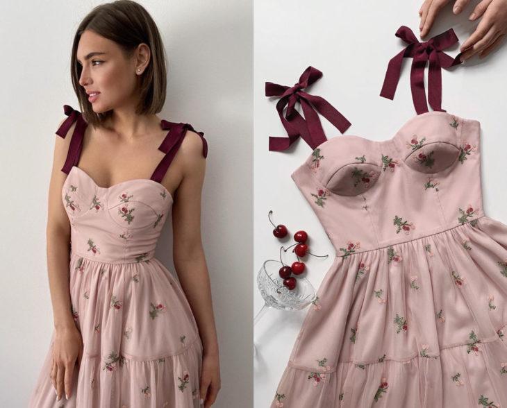 Larne Studio hace bonitos vestidos de corsé; rosa con flores rojas, cerezas
