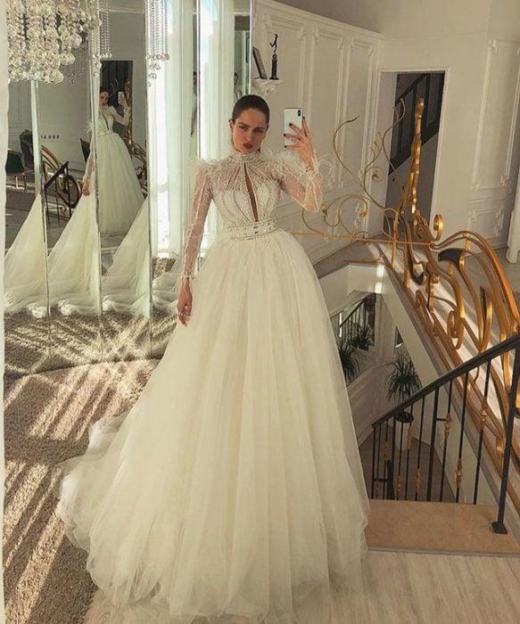 Chica con vestido de novia diseñado por Marionela con cuello alto