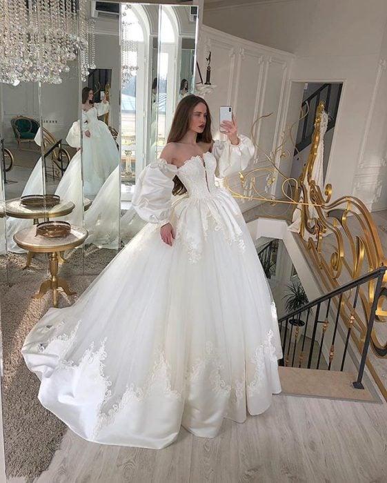 Chica con vestido de novia diseñado por Marionela con mangas estilo princesa