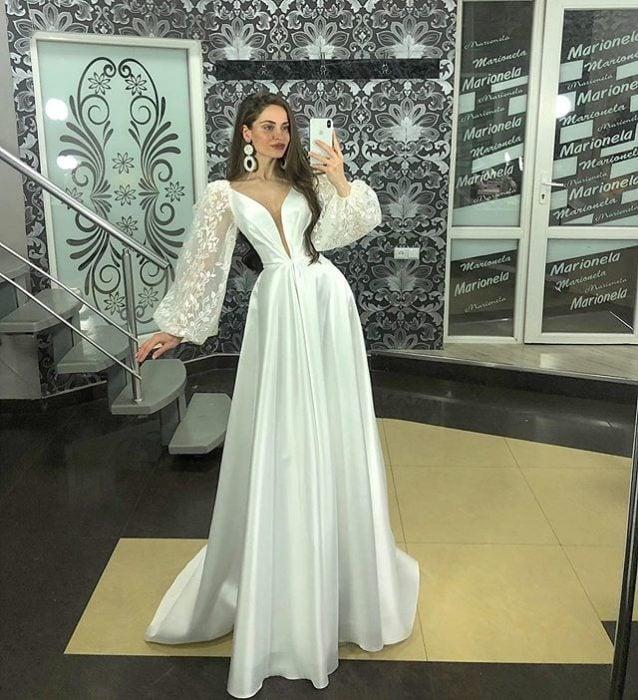 Chica con vestido de novia diseñado por Marionela con escote de pedrería