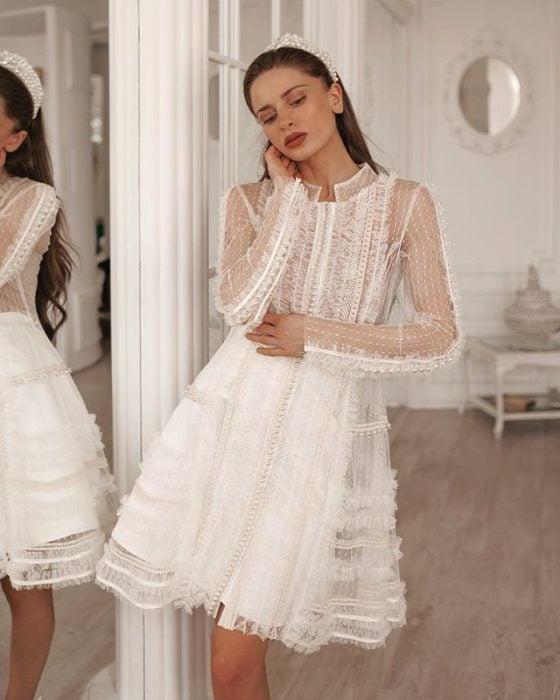 Chica con vestido de novia diseñado por Marionela ideal para boda civil
