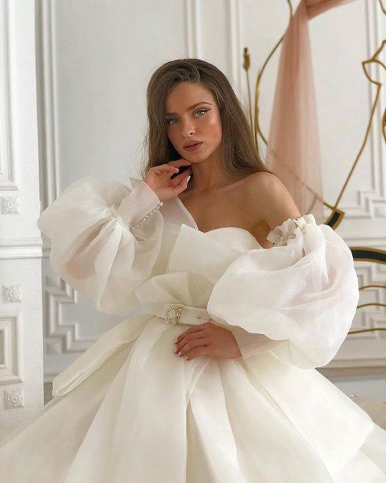 Chica con vestido de novia diseñado por Marionela con mangas esponjadas