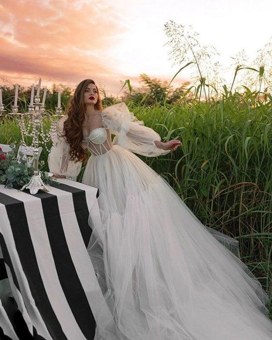 Chica con vestido de novia diseñado por Marionela con falda esponjada