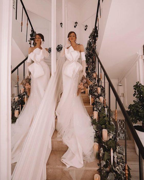 Chica llevando un vestido de novia entallado de marionela