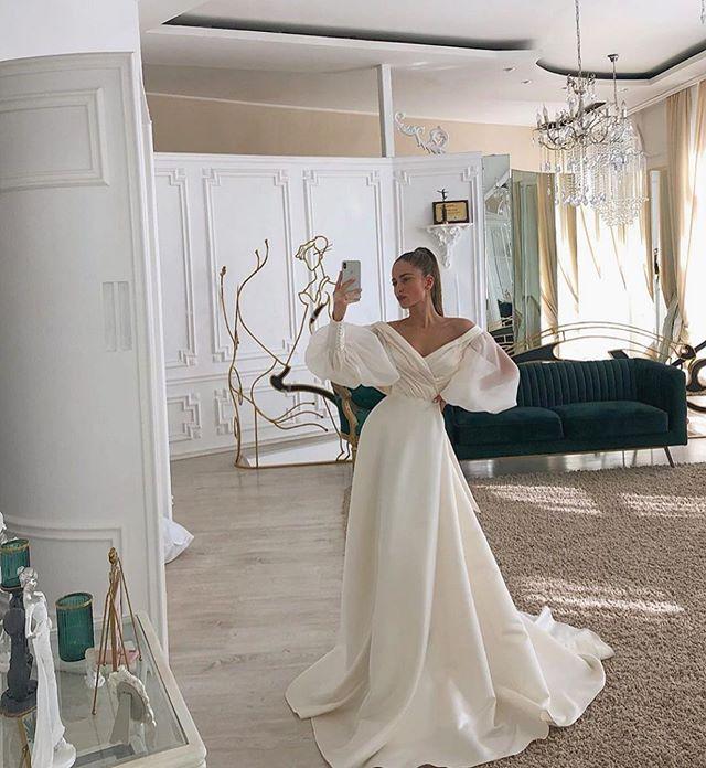 Chica con vestido de novia diseñado por Marionela con mangas amplias