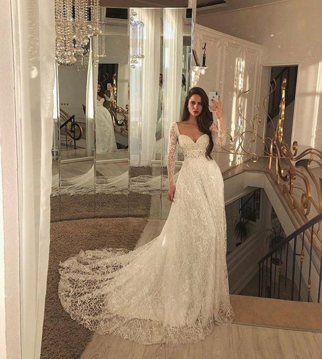 Chica con vestido de novia diseñado por Marionela con tul