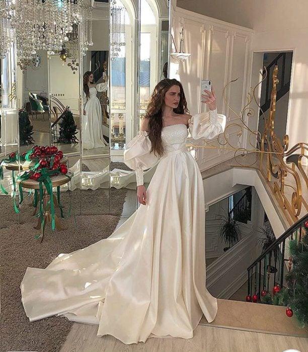 Chica con vestido de novia diseñado por Marionela con tela de satín