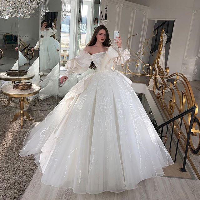 Chica con vestido de novia diseñado por Marionela con medio corse