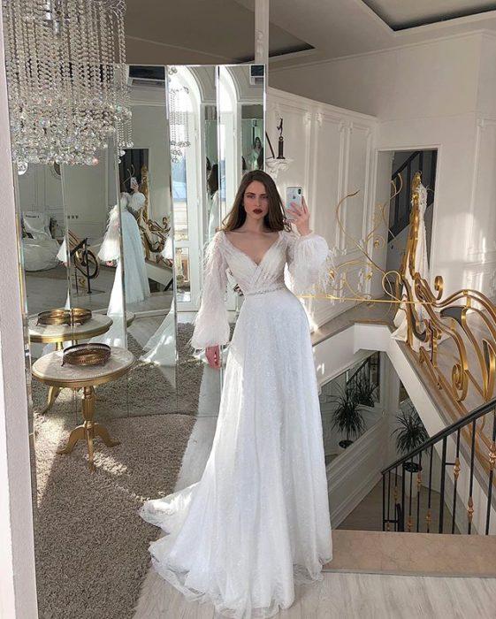 Chica con vestido de novia diseñado por Marionela con corte A