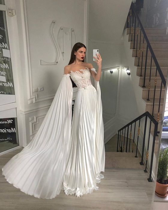 Chica con vestido de novia diseñado por Marionela plisado