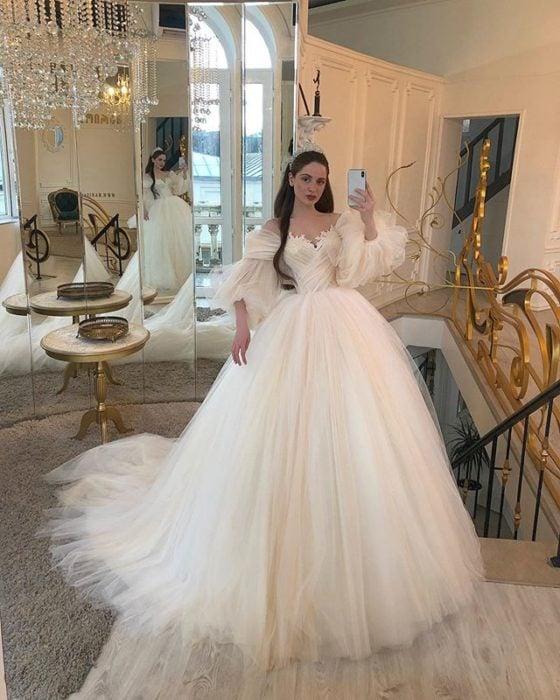 Chica con vestido de novia diseñado por Marionela inspirado en princesas Disney