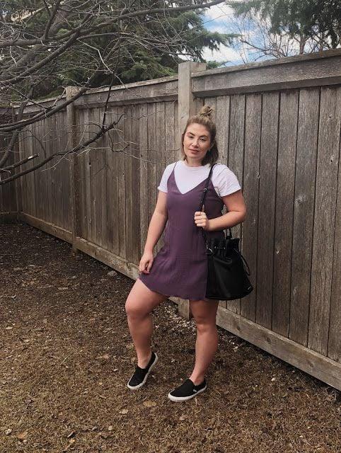Chica plus size con blusa blanca y vestido guinda de tirantes