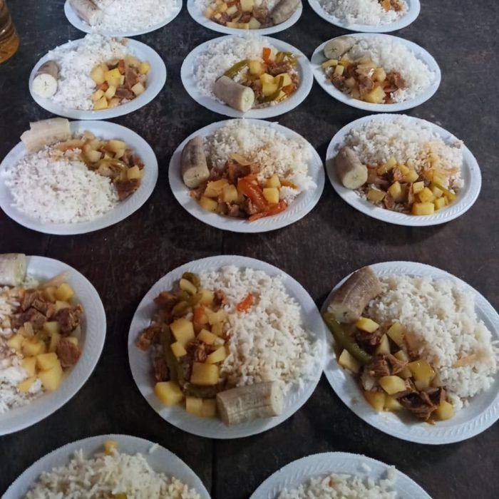 Karelia de la Vega repartiendo comida