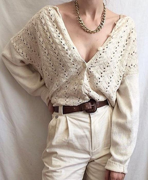 chica usando un cárdigan blanco tejido con botones, cinturón café y pantalón de vestir blanco