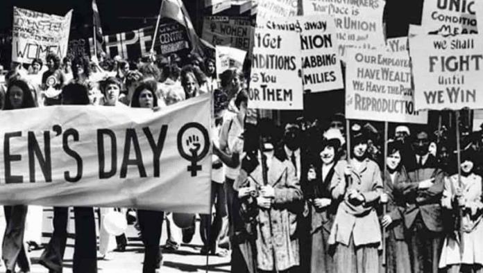 Foto antigua de mujeres manifestándose el 8 de marzo