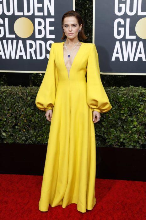 Actriz durante los globos de oro usando un vestido de color amarillo