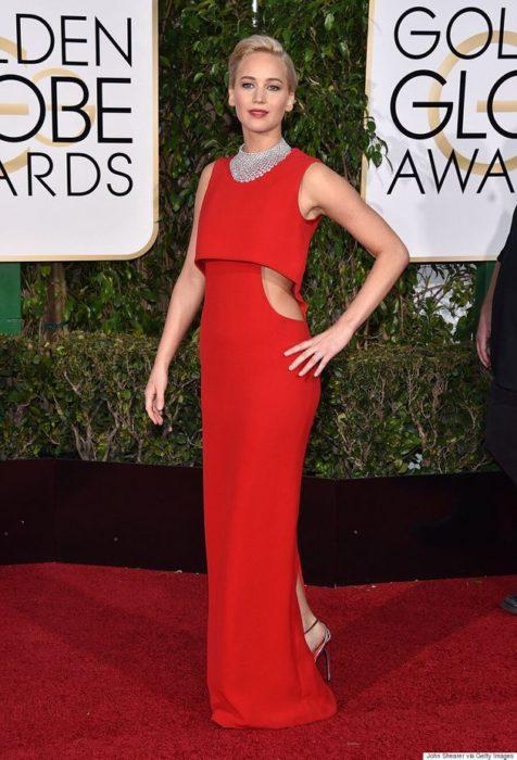 Jennifer Lawrence usando un vestido rojo de la firma Dior en los Globos de Oro