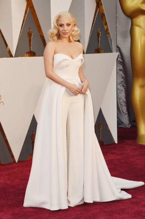 Lady Gaga usando un vestido de color blanco durante los Oscar