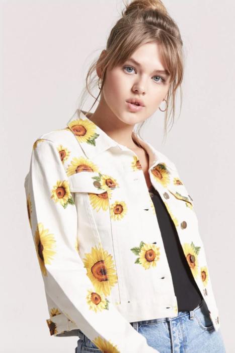 chica con chaqueta blanca y decorado de girasoles