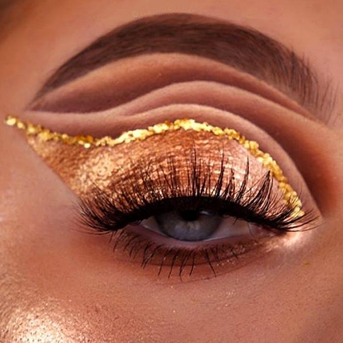 maquillaje dorado con delineado de glitter dorado y sombreado café, beige y cobre
