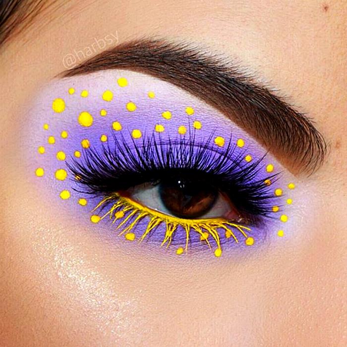 maquillaje morado con lila y puntos amarillos, delineado amarillo con rímel negro y amarillo