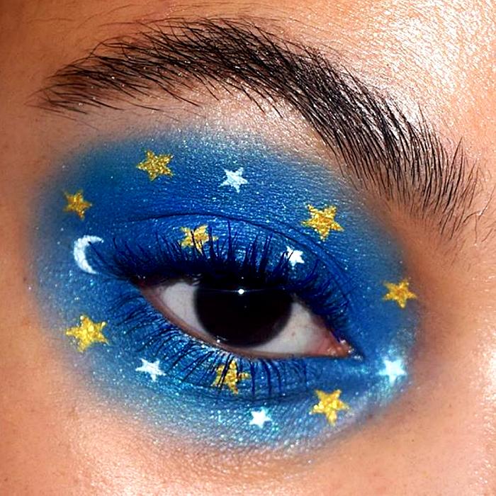 maquillaje de ojos azul con sombreado intenso y estrellitas doradas y plateadas