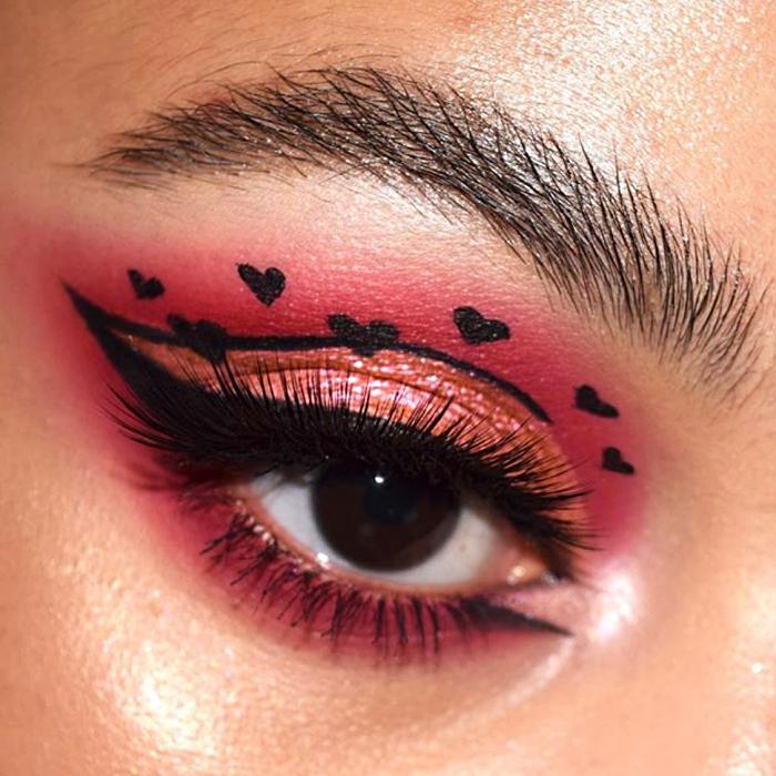 maquillaje de sombras guinda con delineado negro, sombra brillante cobre y corazones negros