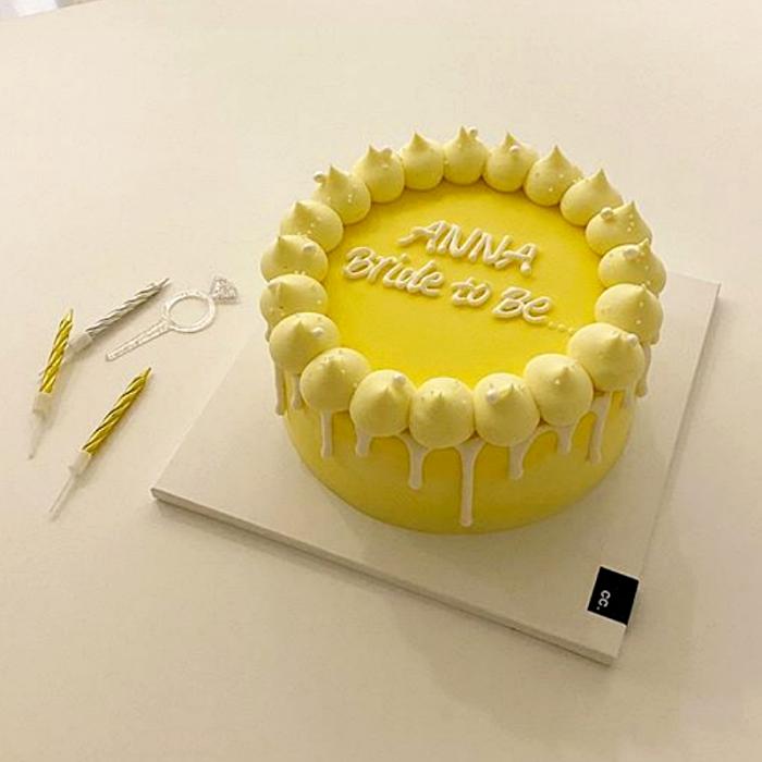 pastel minimalista de betún amarillo con feliz cumpleaños en blanco