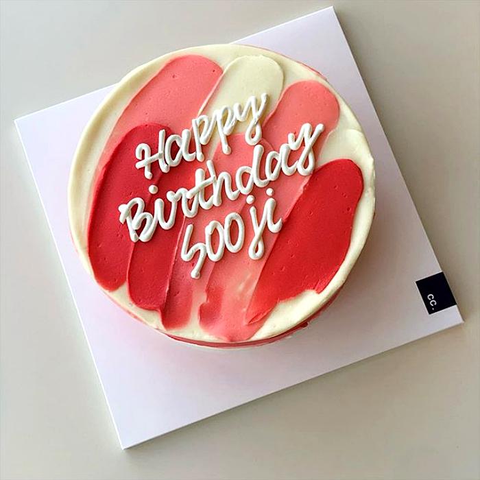 pastel minimalista de color blanco con pinceladas rojas, rosas y blancas de feliz cumpleaños