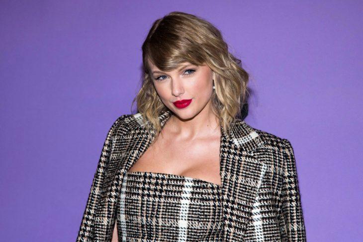 Taylor Swift llevando traje sastre a cuadros