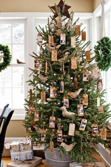 Pinito navideño decorado con fotografías familiares; ideas para decorar tu arbolito de Navidad