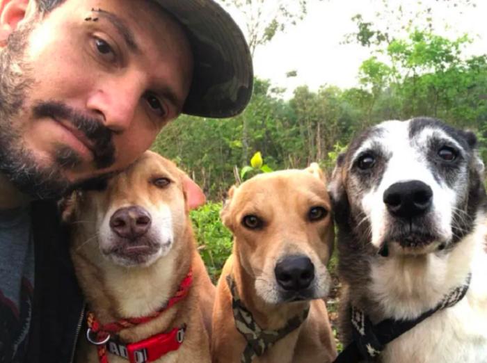 Ricardo Pimentel con algunos de los perros de su refugio