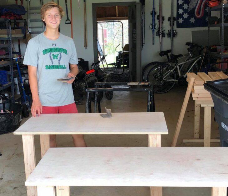 Colby Samide lijando uno de los escritorios de madera que el mismo construyó