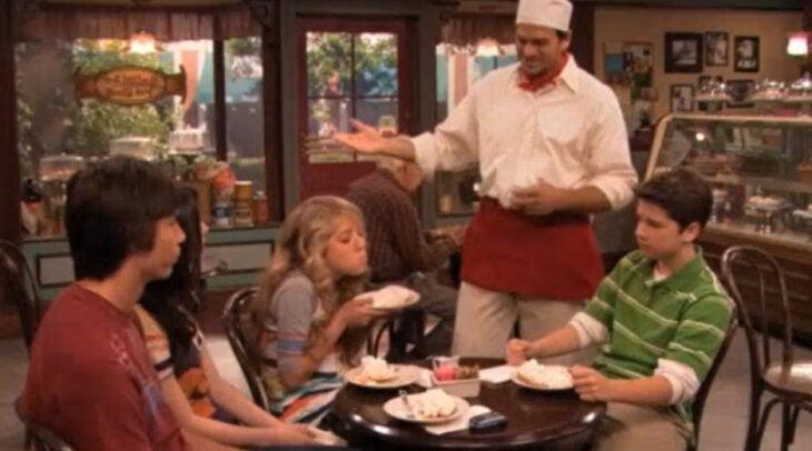 Escena de 'iCarly' en la que los personajes comen el rico pay de coco de Galinis