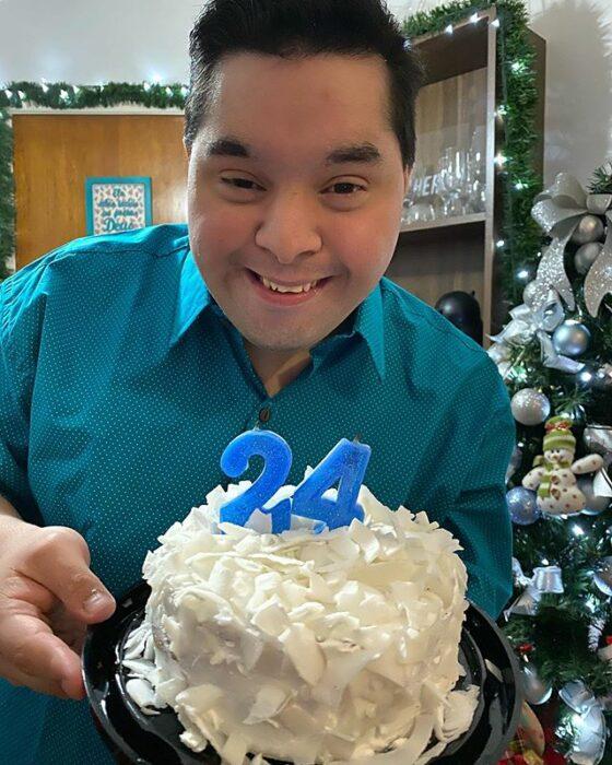 Gabriel con su pastel de 24 años