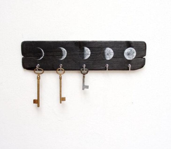 Porta llaves color negro con las fases de la luna pintadas