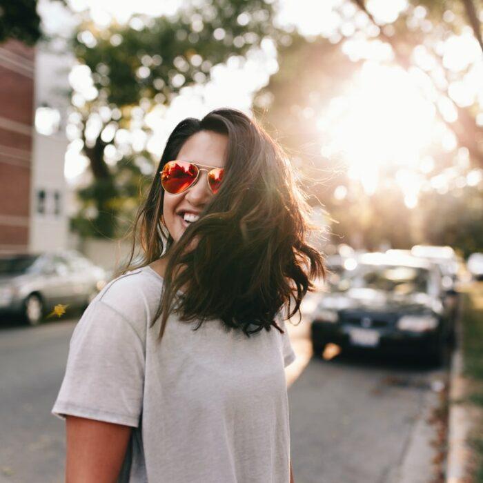 Chica con lentes rojos sonriendo