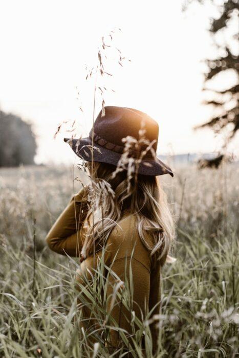 Chica paseando en un campo de trigo